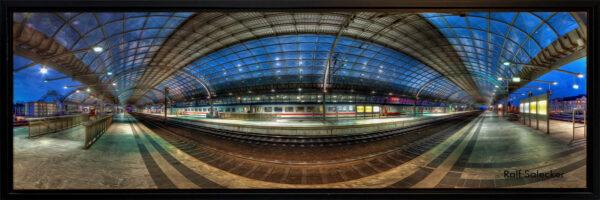 Spandau Bahnhof. Der längste Hallenbahnhof Deutschlands hat auch in der sog. Blauen Stunden seinen Reiz. (Panoramafoto: Ralf Salecker)